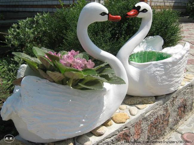 Поделки из пластиковых бутылок - лебеди для сада