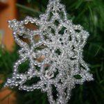 Снежинки на елку из бисера. Простые и сложные. Варианты. Схемы.